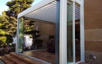 Pérgola bioclimática y cortinas de cristal en Zaragoza